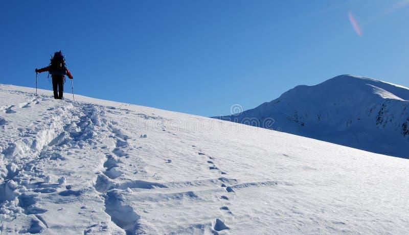 Mens versus berg stock afbeeldingen