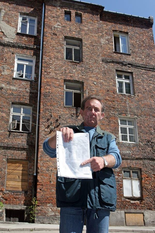 Mens voor geruïneerd huis royalty-vrije stock afbeelding