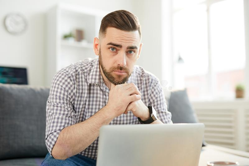 Mens voor laptop royalty-vrije stock afbeelding