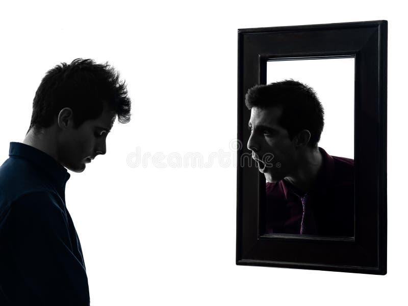 Mens voor zijn spiegelsilhouet stock fotografie
