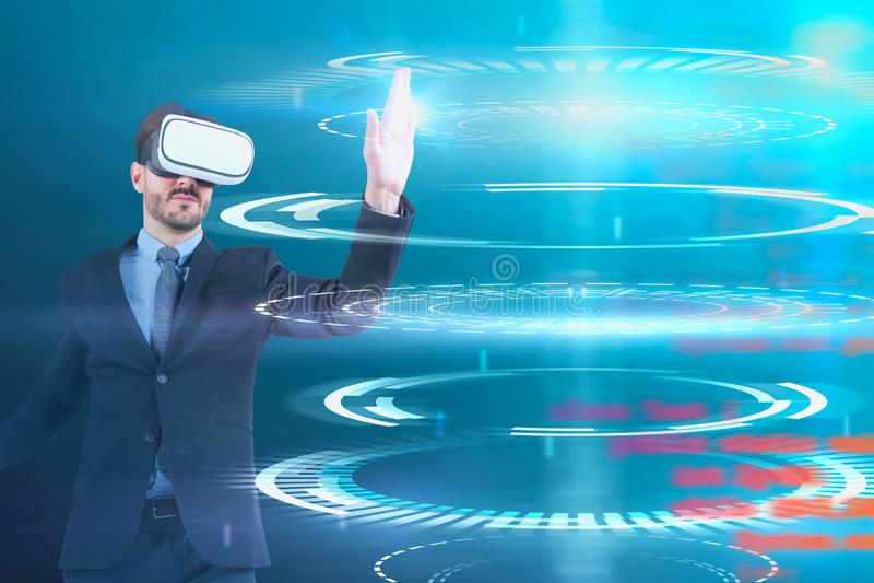 Mens in VR-beschermende brillen die met HUD-interface werken stock illustratie