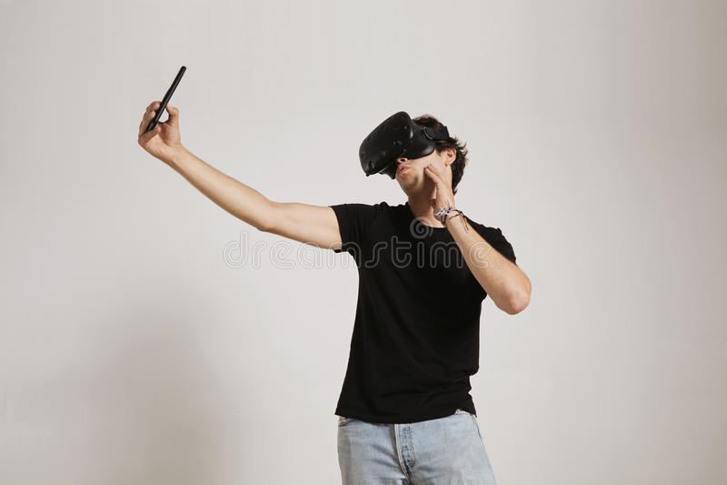 Mens in VR-glazen die een selfie nemen stock fotografie