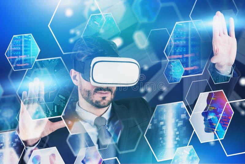 Mens in VR-glazen die met het digitale scherm werken stock foto's