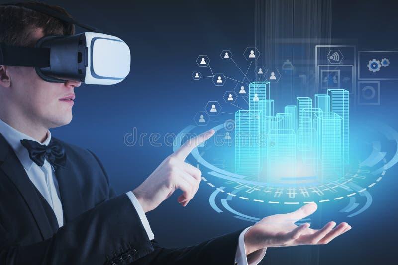 Mens in VR-hoofdtelefoon die met HUD-stadsinterface werken stock fotografie