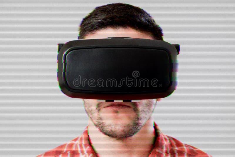 Mens in VR-Hoofdtelefoon over glitch effect stock afbeelding