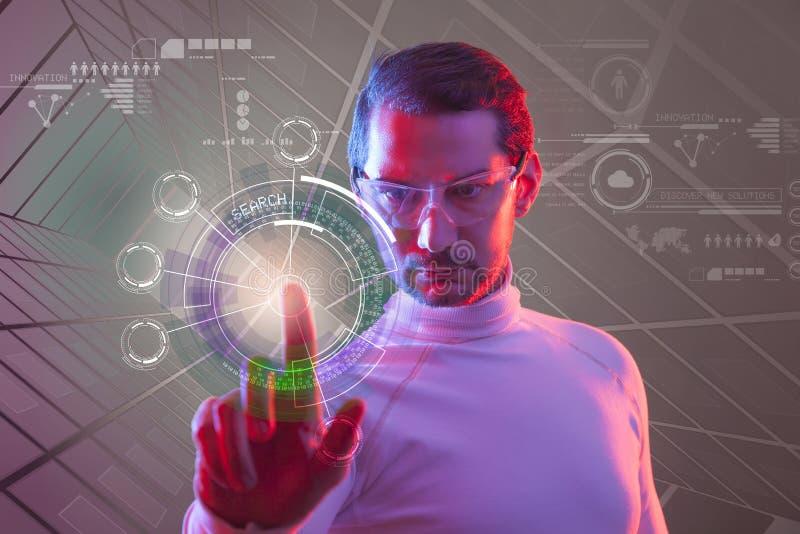 Mens wat betreft de virtuele toekomstige interface stock foto's