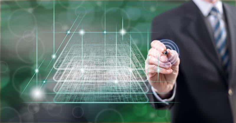 Mens wat betreft een concept van de blockchaintechnologie stock foto's