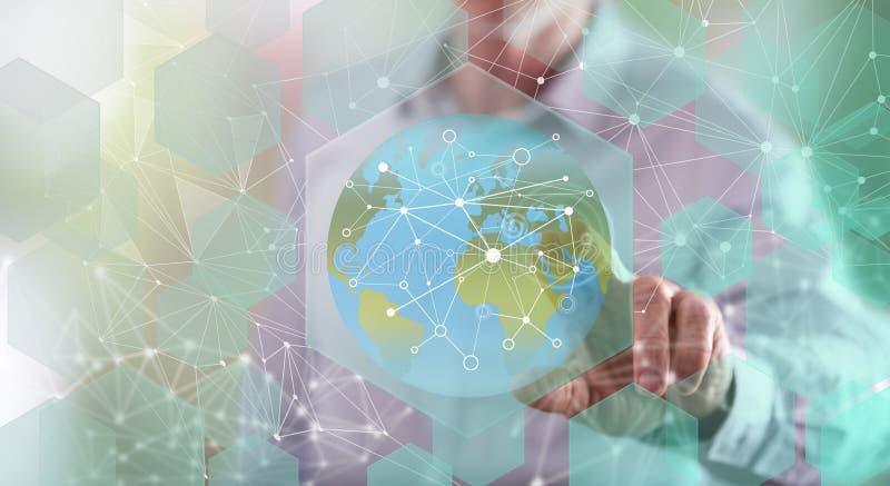 Mens wat betreft een globaal verbindingsconcept stock afbeelding