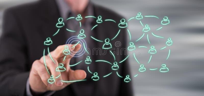 Mens wat betreft een sociaal netwerkconcept op het aanrakingsscherm stock fotografie