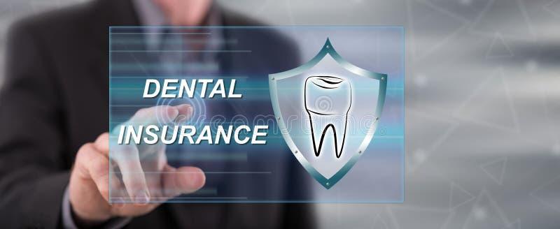 Mens wat betreft een tandverzekeringsconcept royalty-vrije stock afbeelding