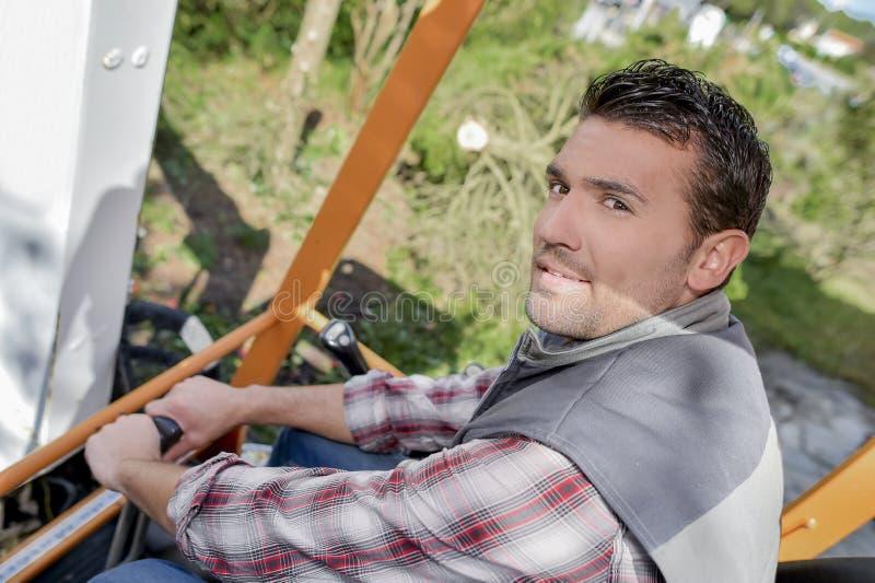 Mens werken gezeten in cabinegraver stock foto's