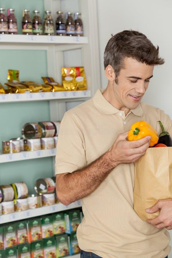 Mens winkelen groenten stock afbeeldingen