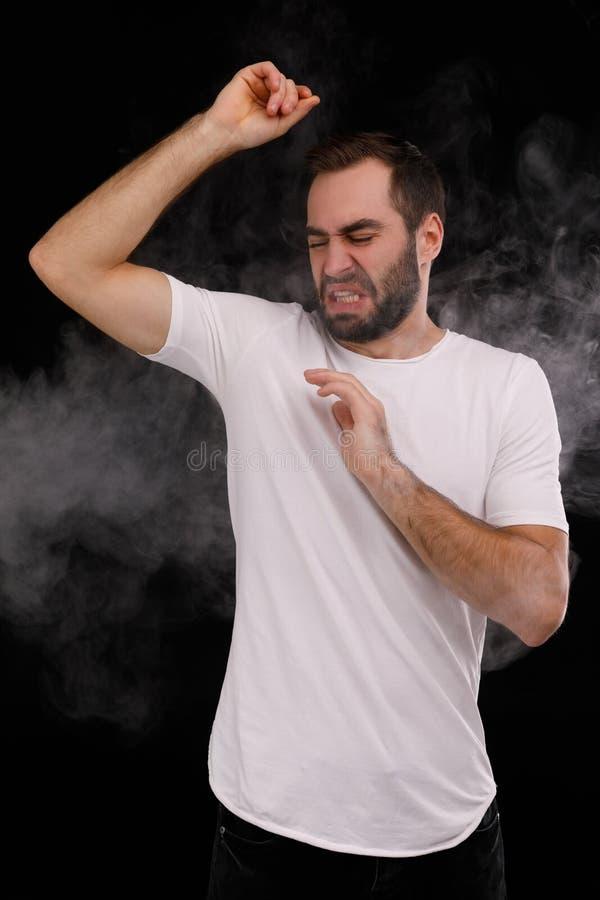 Mens in witte de sigaretrook van de t-shirthaat royalty-vrije stock foto's