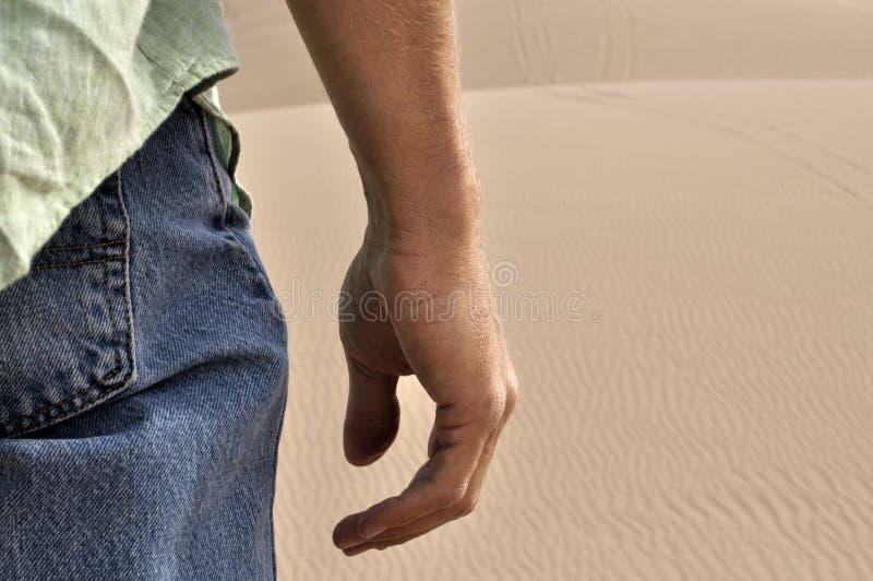 Mens in woestijn stock afbeeldingen