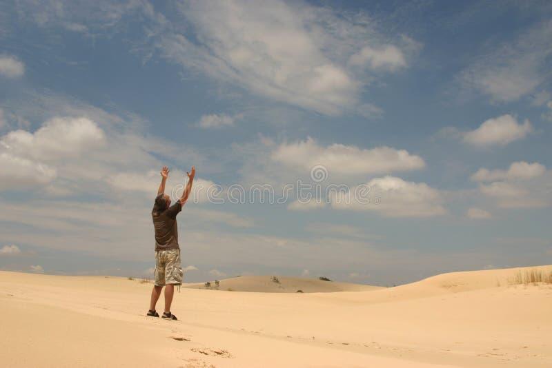 Mens in woestijn royalty-vrije stock foto's