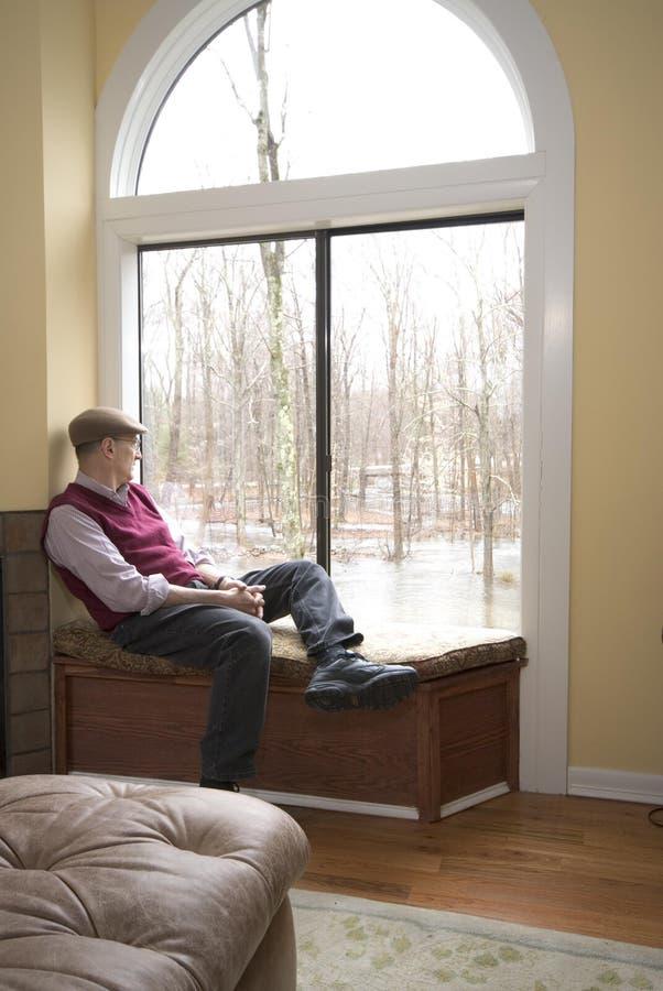 Mens in woonkamer stock afbeeldingen