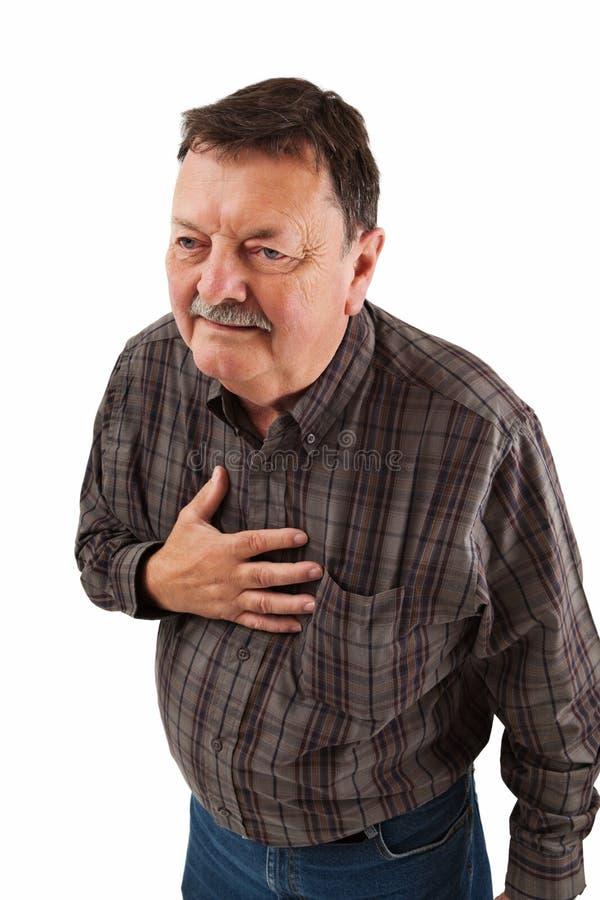 Mens in zijn jaren '60 die borstpijn hebben stock afbeelding