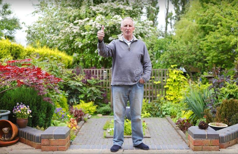 Mens in zijn tuin royalty-vrije stock afbeelding