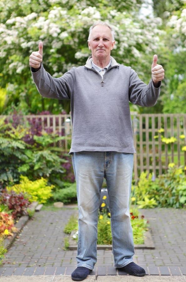 Mens in zijn tuin royalty-vrije stock fotografie