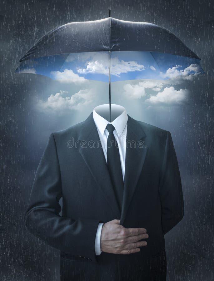 Mens zonder een hoofd onder een magische paraplu stock foto