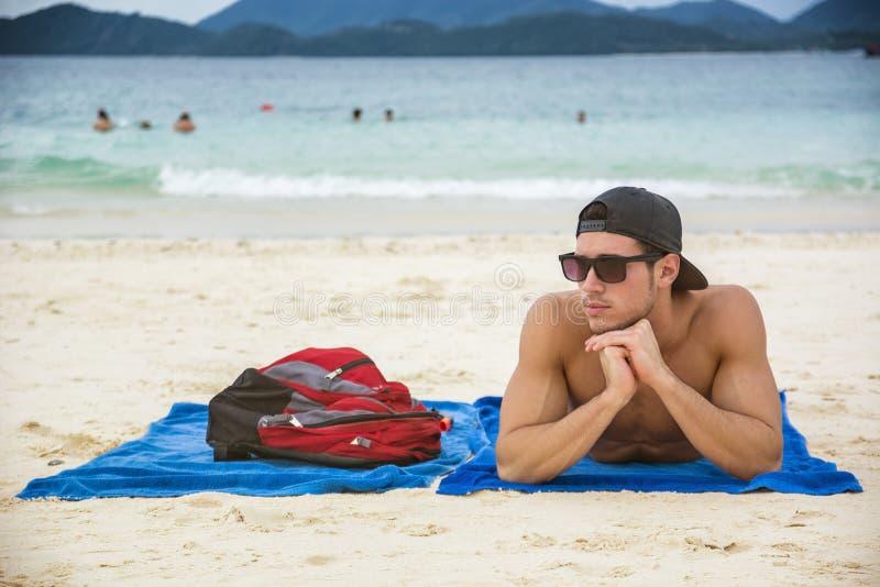 Mens in zonnebril het zonnebaden royalty-vrije stock fotografie