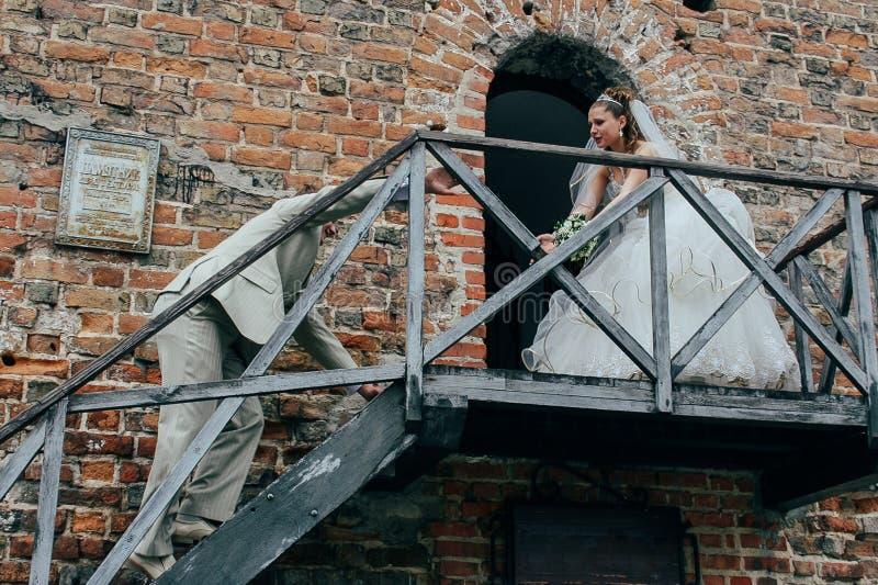 Mens zware het beklimmen treden aan de bruid royalty-vrije stock foto's