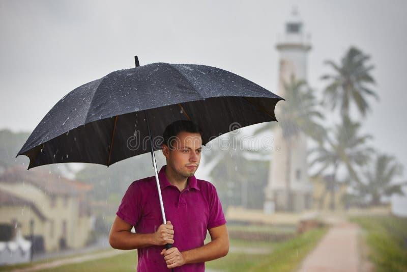 Mens in zware regen royalty-vrije stock fotografie