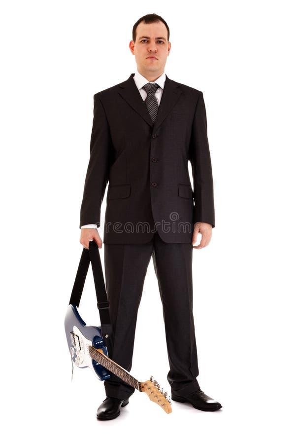 Mens in zwarte kostuumtribune met elektrische gitaar royalty-vrije stock foto's
