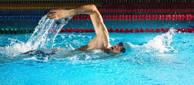 Mens in zwembad Kruip het zwemmen stijl royalty-vrije stock foto's