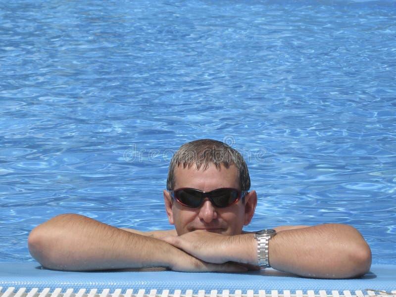 Mens in zwembad - Vakantie royalty-vrije stock fotografie