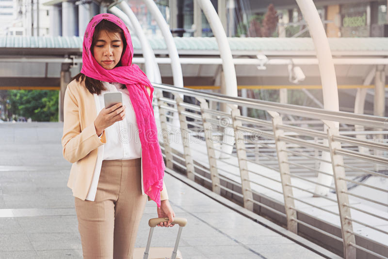 Mensagem árabe da mulher de negócios em um telefone celular na cidade fotografia de stock royalty free