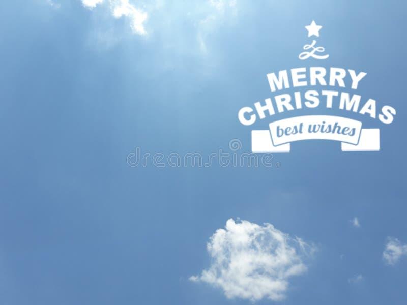 Mensagem alegre de Chistmas na cor branca sobre um fundo do céu azul imagem de stock