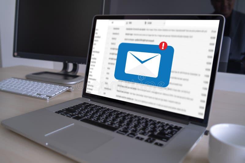 A mensagem da conexão de uma comunicação do correio ao envio pelo correio contacta o conceito global das letras do telefone imagens de stock