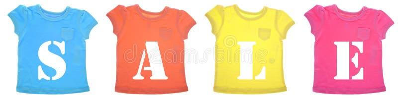 Mensagem da venda em camisas de T coloridas vibrantes foto de stock