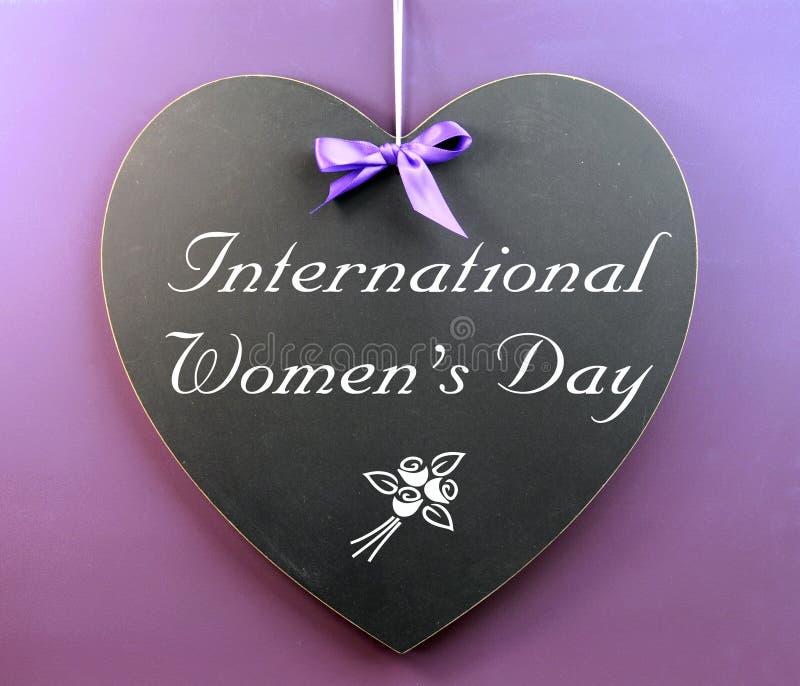 Mensagem Do Dia Das Mulheres Internacionais Escrita No Quadro-negro Da Forma Do Coração Foto de Stock