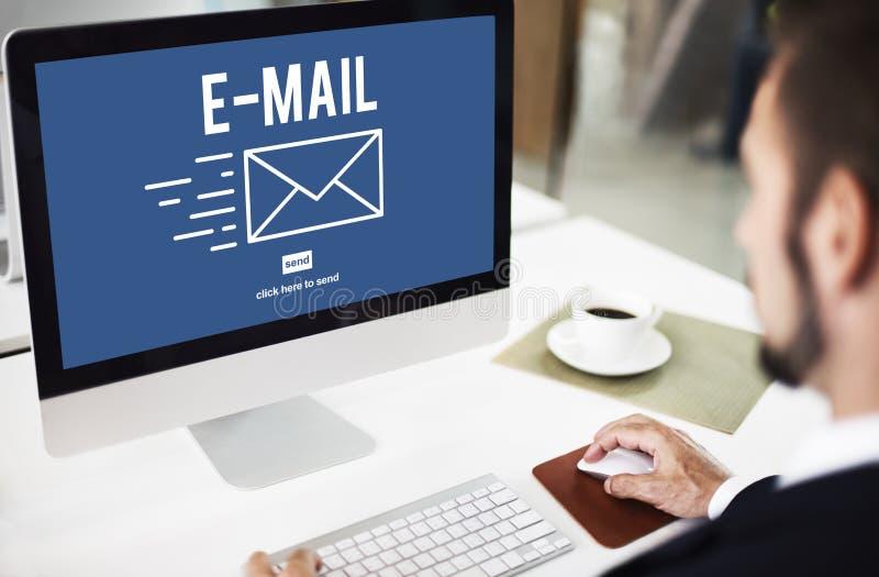 A mensagem do envelope da correspondência do email entrega o conceito fotografia de stock royalty free