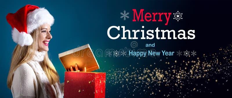 Mensagem do Feliz Natal e do ano novo feliz com a mulher que abre uma caixa fotografia de stock royalty free