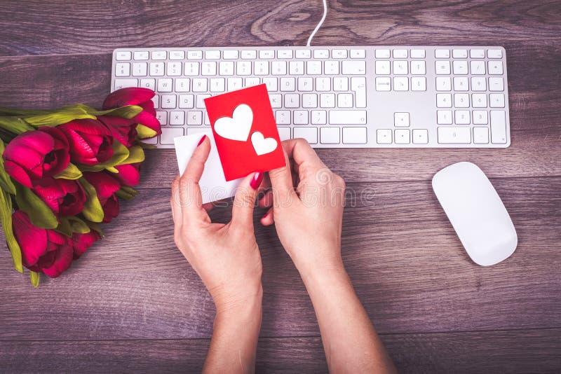 Mensagem e flores do amor imagens de stock