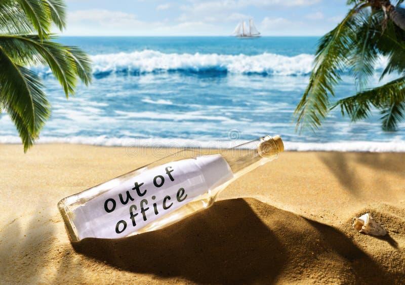 Mensagem em uma garrafa com a nota fora do escritório na praia fotos de stock royalty free