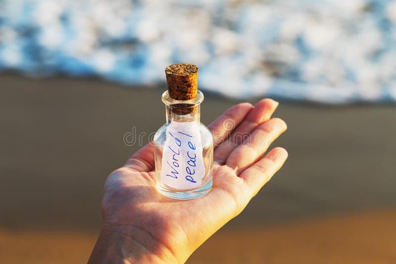 Mensagem em uma garrafa com a paz de mundo da inscrição foto de stock royalty free
