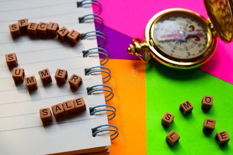 Mensagem especial da venda do verão escrita em blocos de madeira Conceitos das férias e do curso Imagem processada cruz fotos de stock royalty free