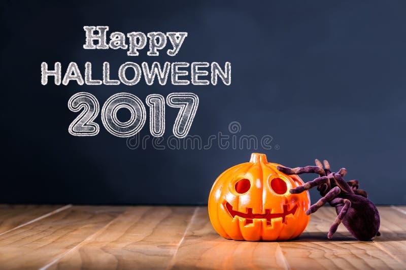 Mensagem 2017 feliz de Dia das Bruxas com abóbora e aranha imagens de stock royalty free