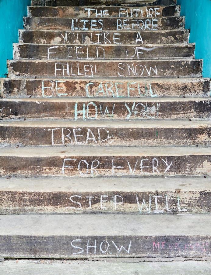 Mensagem inspirada escrita nos passos de uma escadaria de pedra velha imagem de stock royalty free