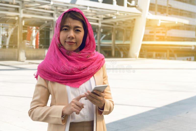 Mensagem muçulmana da mulher em um telefone celular imagens de stock royalty free