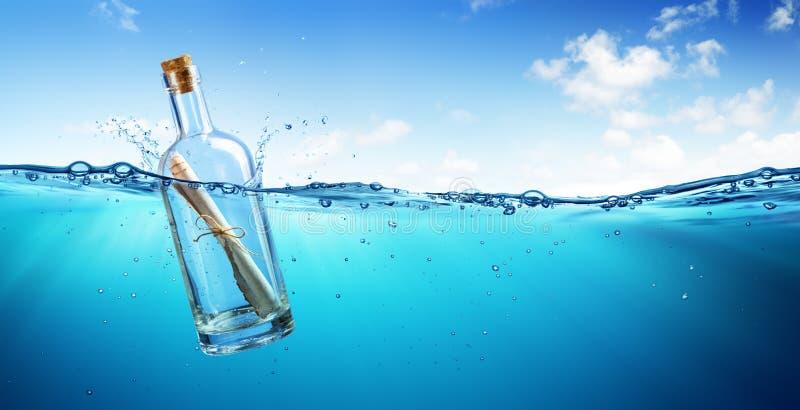 Mensagem na flutuação da garrafa fotos de stock royalty free