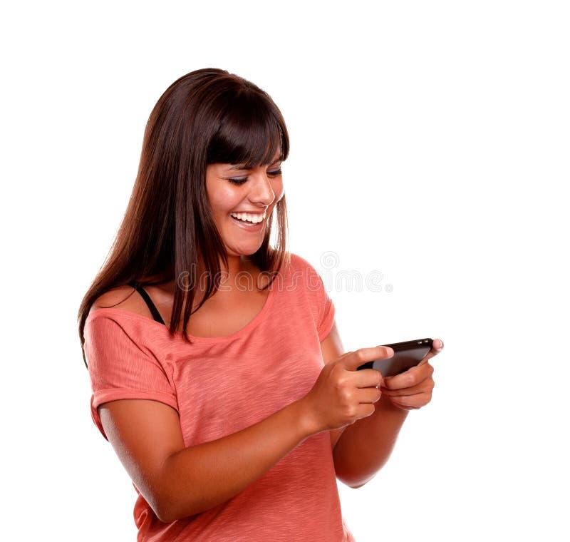Mensaje de envío femenino joven encantador por el teléfono móvil imágenes de archivo libres de regalías