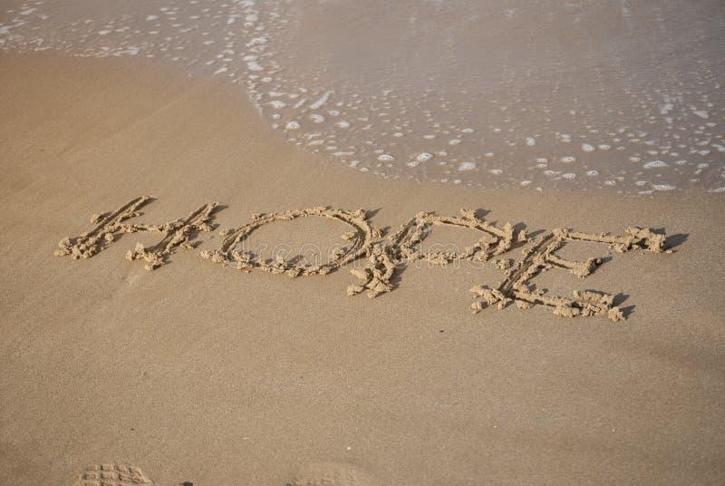 Mensaje de la esperanza en la arena de la playa fotografía de archivo libre de regalías