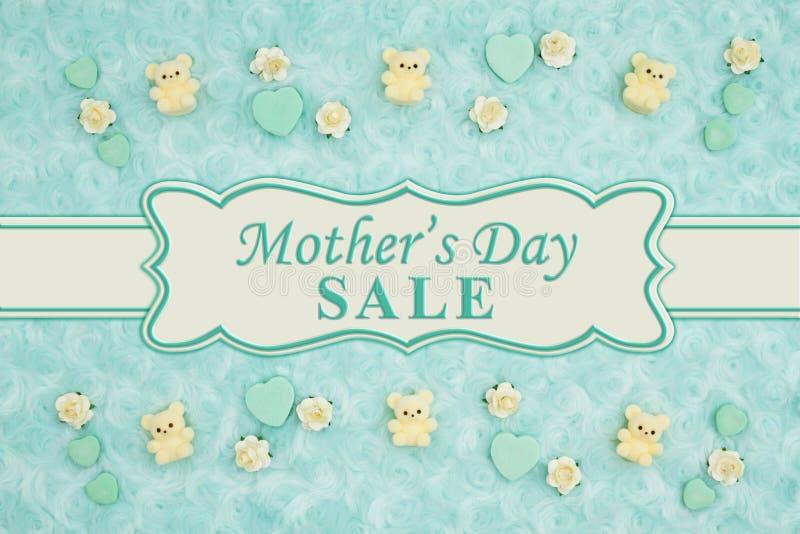 Mensaje de la venta del día de madre con los corazones del caramelo del trullo, los osos de peluche y los brotes de la rosa en un imagenes de archivo