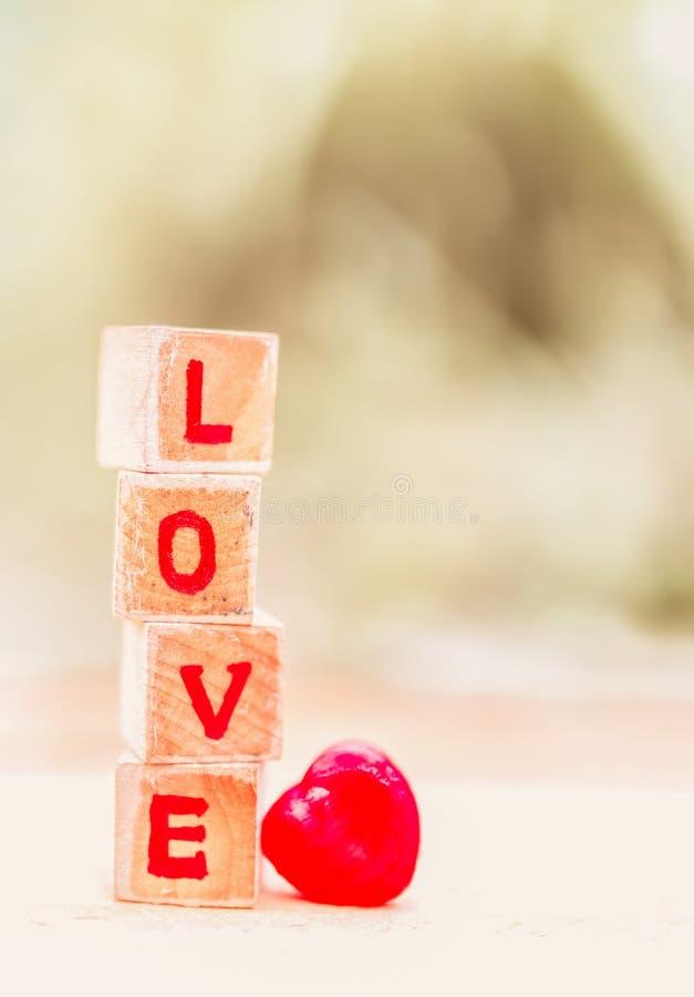 Mensaje del amor escrito en bloques de madera fotografía de archivo