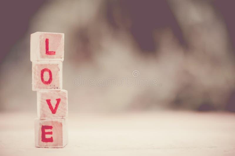 Mensaje del amor escrito en bloques de madera imágenes de archivo libres de regalías